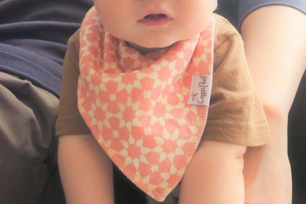 まるでバンダナ!スカーフ!お洒落なコッパーパールスタイ(よだれかけ)で赤ちゃんのかわいさ倍増♡